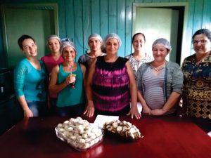 64367226_2427023677318823_3014837166552383488_n-300x225 CRAS e Emater promovem oficinas as mulheres no interior do município.